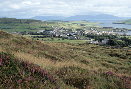 achill: Overview of Dingle village, bay and hills in Ireland