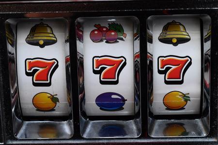 Close-up van drie zeven jackpot op een casino slot machine