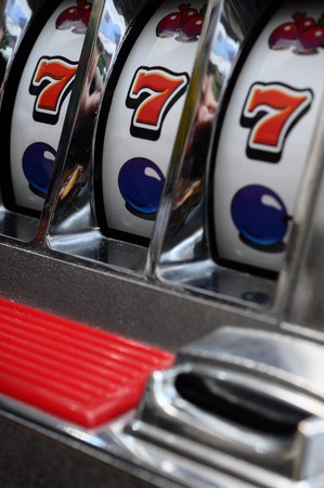 Cerca de tres de siete jackpot en una máquina tragaperras del casino