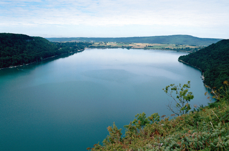 jura: Overview of Chalain lake in Jura, Clairvaux les lacs, France Stock Photo