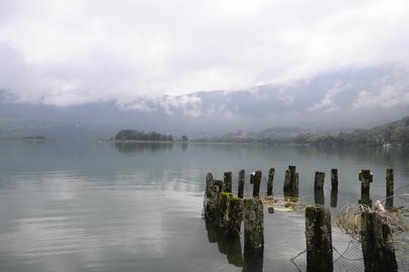 spawning: Tranquilo lago de Aiguebelette y peces de desove, cerca de Lyon, en Saboya Francia