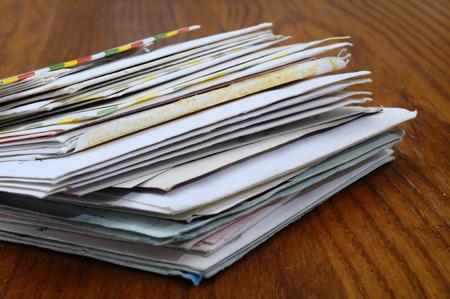 sobres para carta: Pila de mails viejas cartas y sobres de mesa de madera