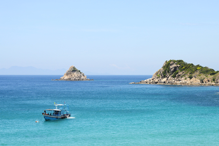 shark bay: Bay of Ao Leuk on Koh Tao island, and view over Shark island and diving boat Stock Photo