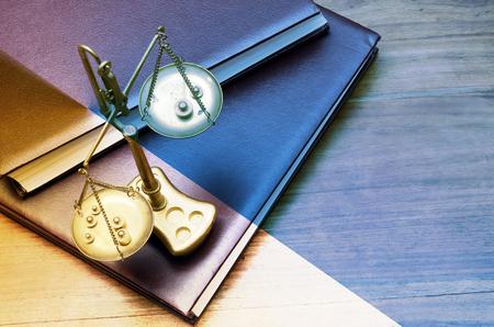 balanza de laboratorio: báscula mecánica de oro de peso, también balanza de laboratorio, balanza, o haz de balanza en los libros de leyes Foto de archivo