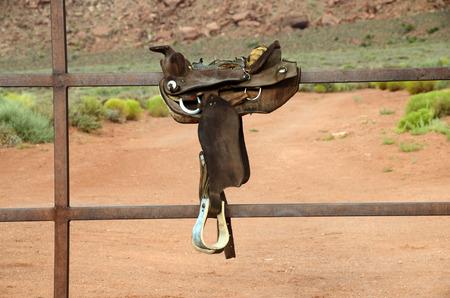 Valle del monumento e sella del cavallo sul recinto, paesaggio alla mattina, USA