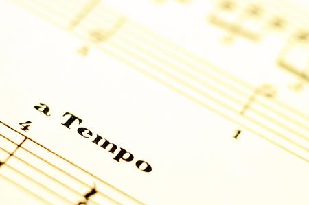 Score de musique pour piano et mot de tempo et vieux papier