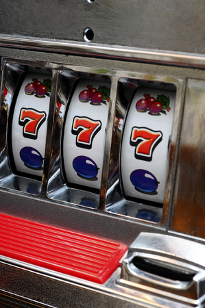 Close up of three seven jackpot on a casino slot machine Banque d'images