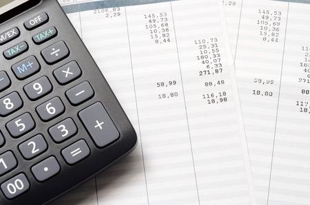 Pague o pagamento e a calculadora, feche acima para o fundo da folha de pagamento ou do salário,