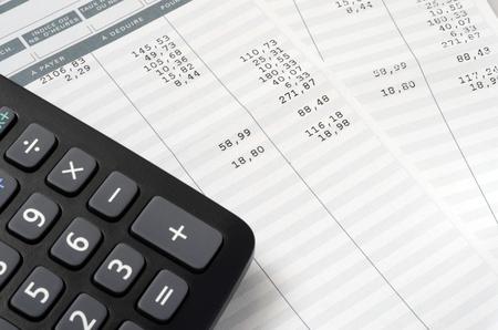Bon de paie et calculatrice en euro, gros plan sur fond de paie ou salaire, mention française Payer et déduire