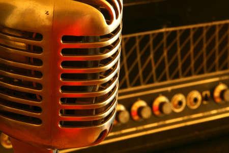 microfono antiguo: Vintage micr�fono de pie cerca de una rara amplificador de tubo de vac�o