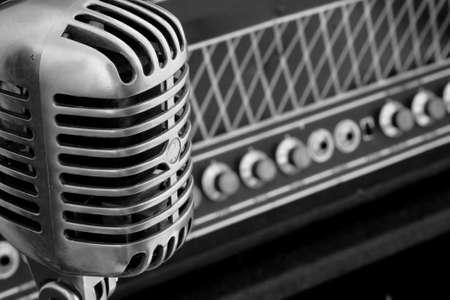 microfono antiguo: Vintage micr�fono de pie cerca de una rara amplificador de tubo de vac�o, Blanco y Negro