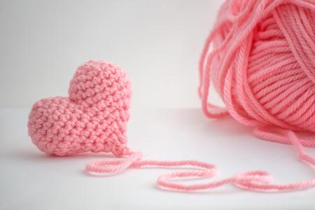 pequeño corazón adorable de punto a mano. Hecho con un hilo de un hilo de lana gruesa voluminosos. El hilo no se corta y todavía unido al corazón.