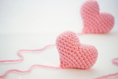 Haak hart handgemaakt van een roze dikke wollen yarn.The thread wordt niet gesneden en nog aan het hart.