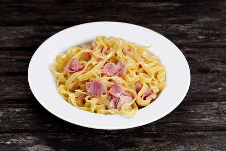 Pasta carbonara met tagliatelle spaghetti met spek, ei york en Parmezaanse kaas Stockfoto