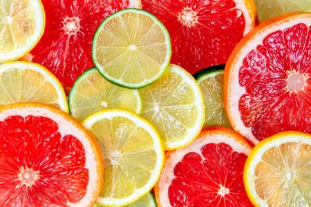 witaminy: Świeże grejpfrutów, wapno, wapno soczyste żółte plastry. Zdjęcie Seryjne