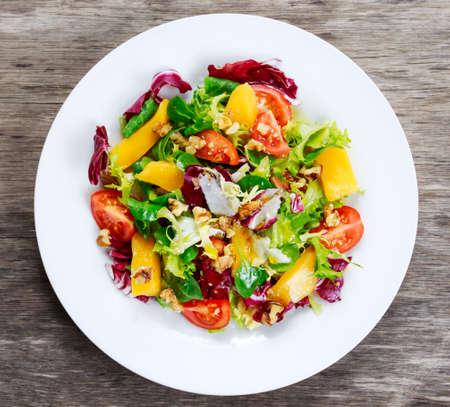 新鮮な野菜のマンゴー ミックス サラダ プレート。