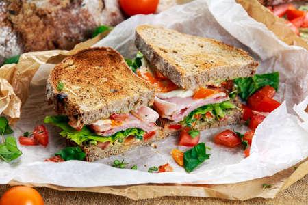 ベーコン レタス トマトとモッツァレラチーズのフレッシュ サンドイッチ。 写真素材
