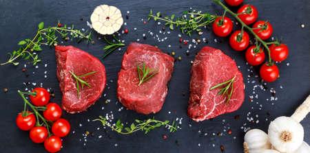 신선한 원시 쇠고기 스테이크 미뇽, 소금, 후추, 백리향, 마늘 요리 준비 스톡 콘텐츠