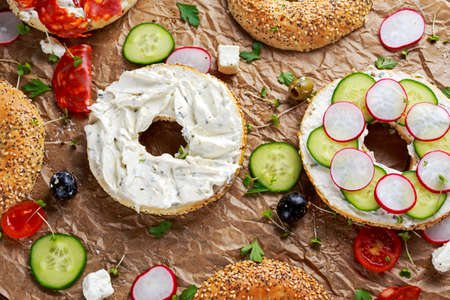Deliciosa Bagel sándwiches con queso de pasta blanda, chorizo ??y verduras.