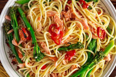 salmon ahumado: los espaguetis de pasta con salmón ahumado, pimiento y brócoli