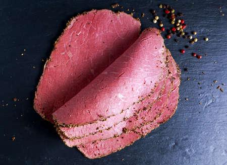 Peppered 로스트 비프 파스트 라미 슬라이스 색깔의 후추 곡물 종이에
