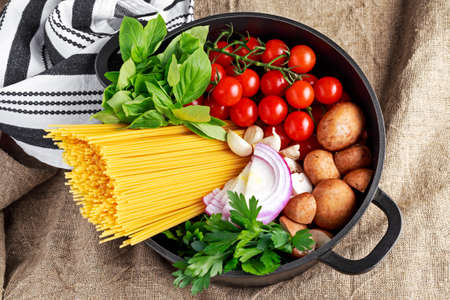 one pot pasta with basil, cherry tomatoes, red onion, garlic, parsley mushrooms 스톡 콘텐츠