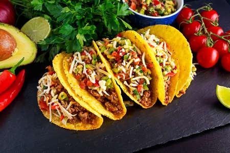 Mexicaans eten - heerlijk taco schelpen met gemalen rundvlees en zelfgemaakte salsa. Stockfoto - 64553017