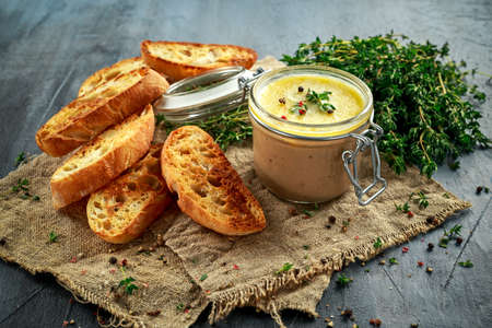 higado de pollo: Home made chicken liver pate with thyme and ciabatta bread in jar Foto de archivo