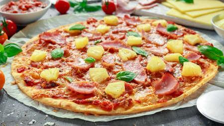 焼きたてのハムとパイナップル、バジル、バックアップされた紙の上のトマトのピザ ハワイ 写真素材