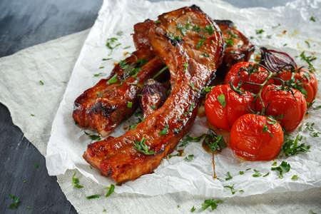 단맛과 신 소스, 구운 토마토와 붉은 양파를 곁들인 돼지 고기 중간 볶음