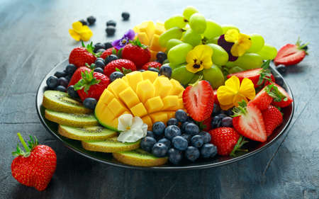 Colorful Mixed Fruit platter with Mango, Strawberry, Blueberry, Kiwi and Green Grape. Healthy food Stockfoto