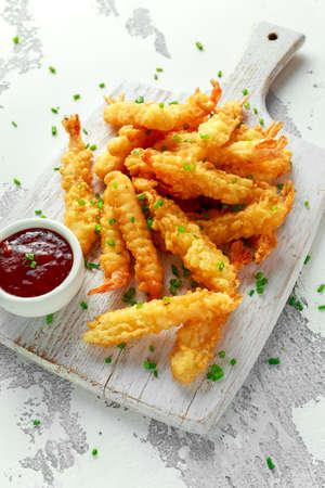 Fried Shrimps-tempura met zoete Spaanse pepersaus op witte houten raad