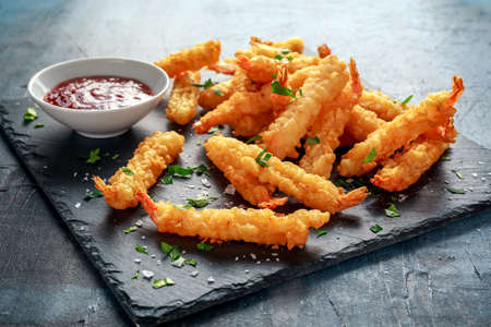 Fried Shrimps tempura met zoete chilisaus op zwarte steen Stockfoto