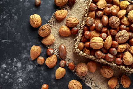 Mix van verschillende soorten noten in de schaal