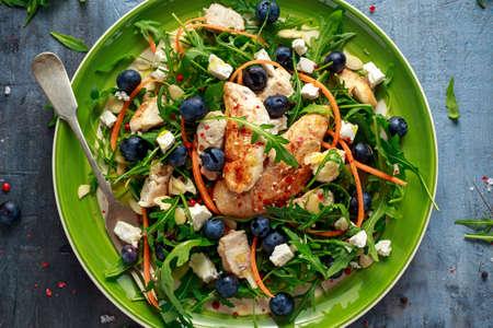 ブルーベリー、フェタ、ニンジン、ナッツ、グリーン野菜のフレッシュチキンサラダ。健康食品のコンセプト