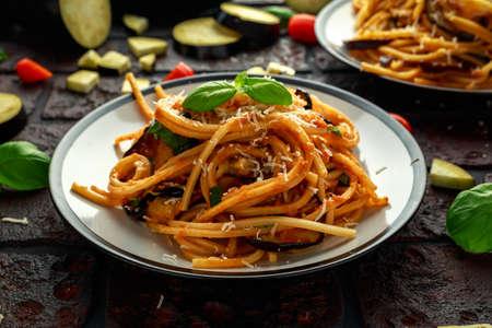 Vegetarian Italian Pasta Spaghetti alla Norma with eggplant, tomatoes, basil and parmesan cheese. Foto de archivo