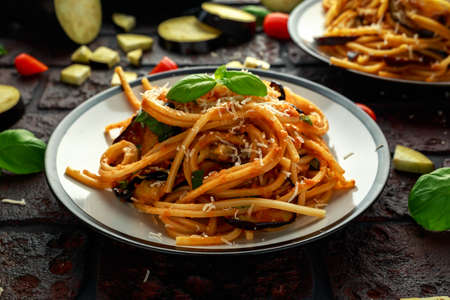 Vegetarian Italian Pasta Spaghetti alla Norma with eggplant, tomatoes, basil and parmesan cheese. Stockfoto