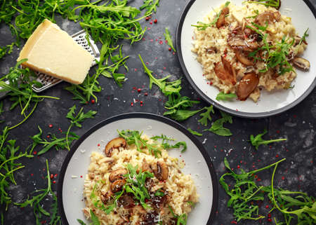 Italian Mushroom risotto with parmesan cheese and wild rocket on top. Foto de archivo - 100868816