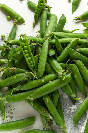 Raw Fresh Green Peas. summer organic healthy food Banco de Imagens