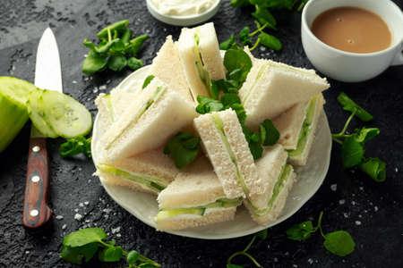 Sándwiches de pepino con queso tierno, sal marina y berros para la fiesta del té