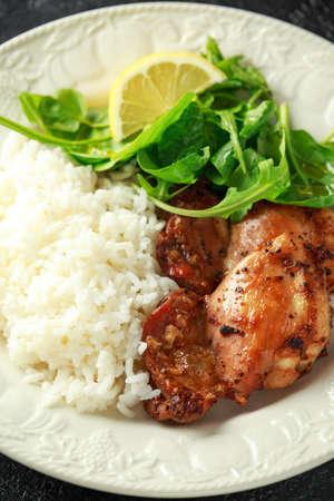 Cosce di pollo arrosto disossate senza pelle con mix di riso e insalata di verdure verdi Archivio Fotografico