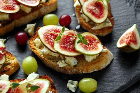 Diese Feigen- und Gorgonzola-Tartinen, Toast, Bruschetta. mit Honig beträufelt. Standard-Bild