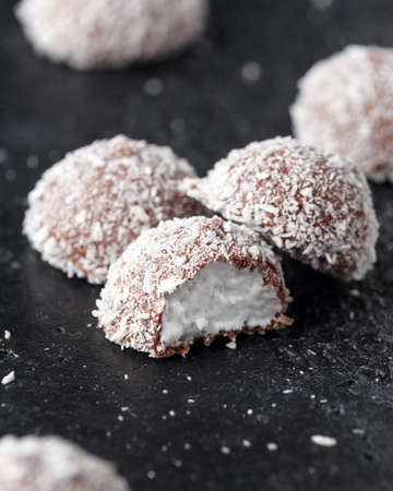 sweet mallow snowballs with chocolate coating and coconut Banque d'images - 114153672
