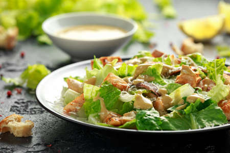 Ensalada César con pollo, anchoas, picatostes, queso parmesano y verduras. comida sana