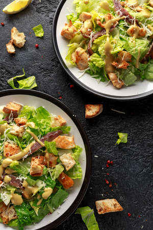 Ensalada César con pollo, anchoas, picatostes, queso parmesano y verduras. comida sana Foto de archivo