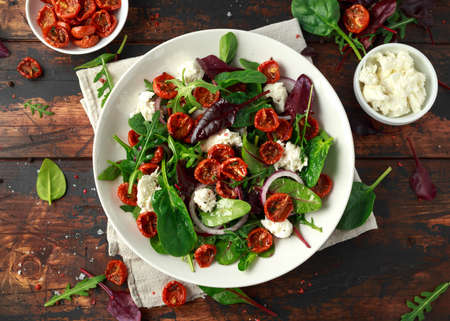 Sun dried tomatoes Salad with fresh vegetables mix and mozzarella cheese. healthy food Banque d'images