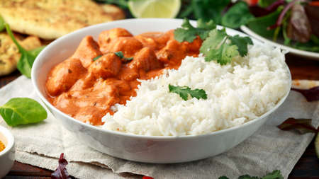 Chicken tikka masala curry with rice and naan bread Banque d'images - 118599198