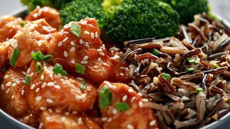 Teriyaki chicken, steamed broccoli and wild rice served in bowl Stockfoto