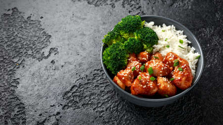 Teriyaki chicken, steamed broccoli and basmati rice served in bowl Foto de archivo - 119783740
