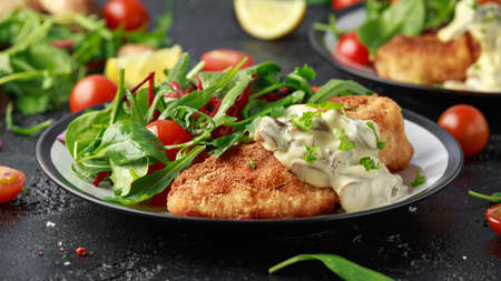 Chicken steak in Breadcrumbs with mushrooms and vegetables Stockfoto